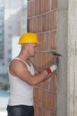 Constructor trabajando con martillo y clavo — Foto de Stock
