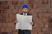 Portret van gelukkige jonge foreman met harde hoed — Stockfoto