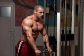 Male Bodybuilder Doing Heavy Weight Exercise For Triceps — Stock Photo
