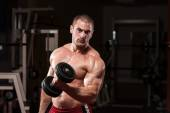 Young Bodybuilder Doing Heavy Weight Exercise For Biceps — Stock Photo