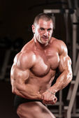 Young Bodybuilder Flexing Muscles — Stock Photo