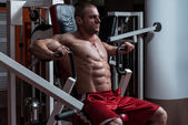 Young Bodybuilder Doing Heavy Weight Exercise For Chest — Stock Photo