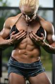 Female Bodybuilder Showing Abs — Foto de Stock