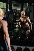 Female Bodybuilder Doing Heavy Weight Exercise For Biceps — Zdjęcie stockowe