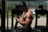Bodybuilder Exercising Biceps — Stock Photo