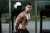 Erkek vücut geliştirmeci kasların esneme — Stok fotoğraf