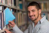 Студент колледжа мужчины в библиотеке — Стоковое фото