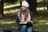 Beautiful Young Girl Reading A Book In Park — Stock Photo