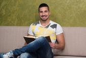 快乐的学生,在读一本书的咖啡馆 — 图库照片