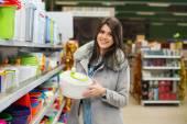 Genç kadın süpermarkette alışveriş — Stok fotoğraf