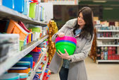 年轻女子在超市购物 — 图库照片