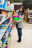美丽的年轻女子在一家杂货店超市购物 — 图库照片