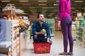 Beautiful Young Couple Shopping In A Grocery Supermarket — Stock Photo