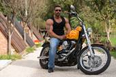Muscular Man And Motorcycle — ストック写真