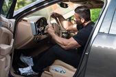 Hombre que conducía un coche — Foto de Stock