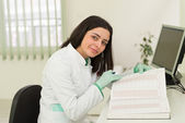 Happy Dentist Assistant Writes Some Notes — Stock Photo