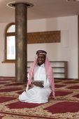 Arab Saudi Emirates Man Using A Smart Touchpad — Stok fotoğraf