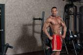 Ripped Mature Man In Modern Fitness Center — Zdjęcie stockowe