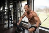 健美运动员做胸部锻炼 — 图库照片
