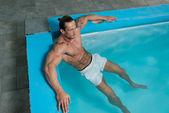 Erkek yüzücü havuzda dinlenme — Stok fotoğraf