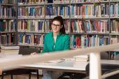 Étudiante dans une bibliothèque — Photo