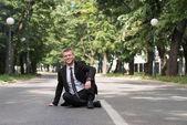 Portret pewność biznesmena na świeżym powietrzu w parku — Zdjęcie stockowe