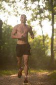 Joven corriendo al aire libre en un hermoso día — Foto de Stock