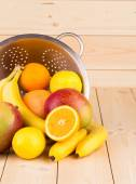 Halved citrus fruits and mangos — Stock Photo