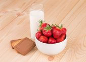 Fresh strawberry and milk in a glass on wood. — Stockfoto