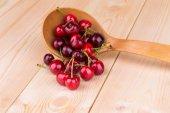 Cerises fraîches à la cuillère en bois. — Photo