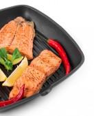 Fried salmon fillet in pan with lemon. — Foto de Stock