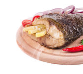 Fried carp tail with lemon, pepper, tomatoes and onion — Stock Photo