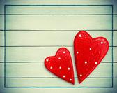 Пара сердец на фоне деревянные — Стоковое фото