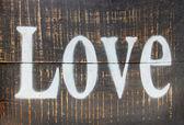 在木制老式背景上的爱字 — 图库照片