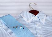 Pánské klasické košile na posteli. Mělká hloubka ostrosti — Stock fotografie
