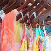 Été beaux vêtements suspendus dans le magasin — Photo