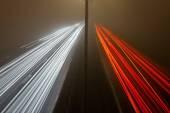 Tracce dell'indicatore luminoso sull'autostrada in una notte nebbiosa — Foto Stock