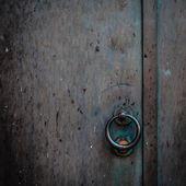 Iron door with round handle — Foto de Stock