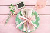 Barevné desky na rustikální růžové pozadí — Stock fotografie