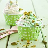 Frozen Yogurt with fresh pistachio — Stock Photo