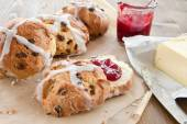 Hot cross buns with butter and jam — Stockfoto