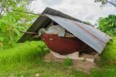 Barca di antico relitto sulla zona rurale di Bangkok. Ha il simbolo dell'occhio davanti alla barca con tradizionale concetto spirituale — Foto Stock