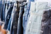 Mercato delle pulci vendita jeans — Foto Stock