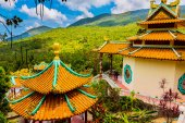 Chinese temple among the beautiful pristine nature — Stock Photo