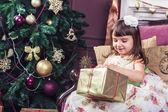 5-летняя девочка, открытие золотой ящик с Рождественский подарок. — Стоковое фото