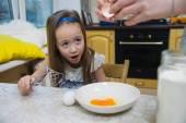 Mała dziewczynka pokona ciasto na naleśniki — Zdjęcie stockowe