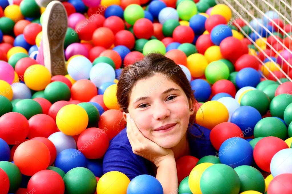 Teen hermosa chica en la piscina de bolas de color foto for En pelotas en la piscina