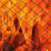 Metal neto con llamas ardiendo — Foto de Stock
