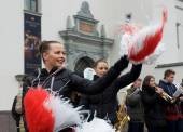 Vilnius, Lituânia-7 de março: Os povos não identificado desfile e jovens dançarinos em anual tradicional feirinha - Kaziuko justo em 7 de março de 2015, em Vilnius, Lituânia. Jovens garotas dançando em concerto. — Fotografia Stock