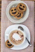Cup of cafe au lait with smiling cookies — 图库照片